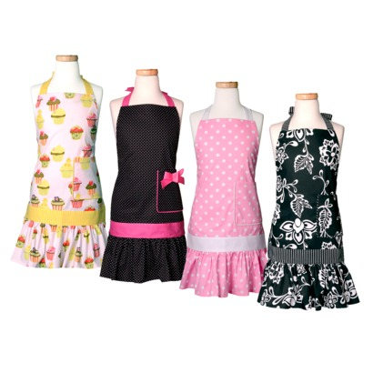 Mother daughter apron sets make a wonderful gift for a family that loves to cook together. They're perfect for the holidays or Mothers' Day.