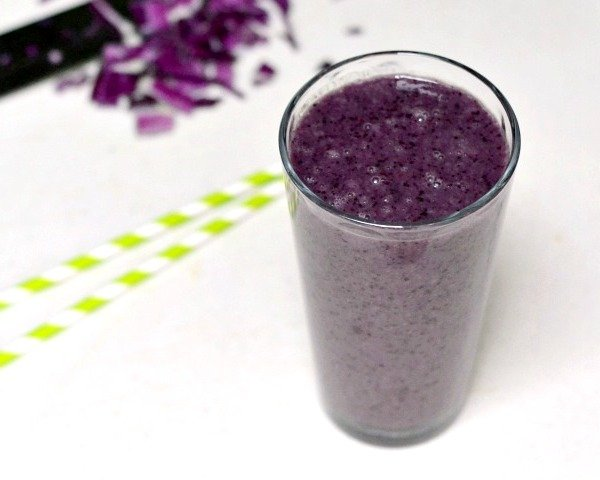This purple detox smoothie is full of hidden vegetables!